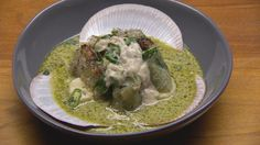 Crispy prawns with poached scallop and green curry sauce - Masterchef Australia recipe Cute Food, A Food, Green Curry Sauce, Dinner Options, Fish Sauce, Prawn, Food Hacks, Food Processor Recipes, Cooking Recipes