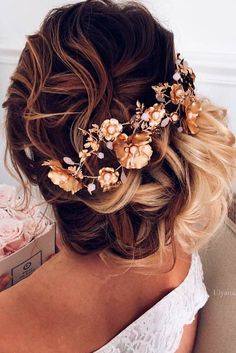 First-date butterflies? To go on a first date, every detail should be taken into consideration. See our collection of the loveliest hairstyles ideal for a date!