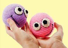 Estáis estresados o estresadas?, si la respuesta es si, recomiendo tejer estas pelotas amigurumi anti estrés, si la respuesta es no, pues también lo recomiendo…tejer crochet o ganchillo es un…