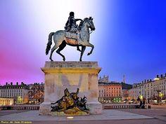 LYON - ( Rhône - 69 - France ) - Statue de Louis XIV place Bellecour - en bas, l'allégorie du Rhône (homme)