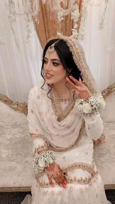 Pakistani White Dress, White Saree Blouse, Pakistani Dress Design, Pakistani Bridal, Pakistani Dresses, White Bridal Dresses, Asian Wedding Dress, Bridal Outfits, Party Wear Long Gowns