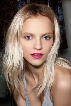 Short, straight and platinum hair. A matte finish on a fuchsia lip is a fresh look for spring Great website for hair cuts/colors the hair. Blonde Hair Red Lips, Light Blonde Hair, Icy Blonde, Bright Blonde, White Blonde, Bright Hair, Platinum Blonde, Platinum Highlights, Blonde Lob