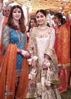 Wedding Guest Outfit Night 20 New Ideas Shadi Dresses, Pakistani Formal Dresses, Pakistani Wedding Outfits, Pakistani Wedding Dresses, Pakistani Dress Design, Indian Dresses, Indian Outfits, Dress Formal, Pakistani Couture