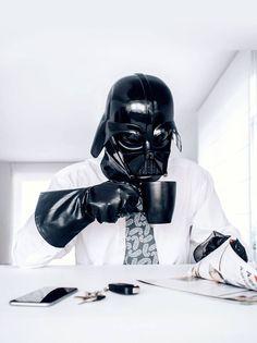 O Fotográfo Pawel Kadysz criou uma série fotográfica onde ele retrata Darth Vader realizando tarefas rotineiras.