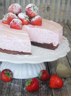 jordgubbsmoussetårta12 No Bake Desserts, Dessert Recipes, Valentines Food, Yogurt Recipes, Pie Dessert, No Bake Cake, Vanilla Cake, Tart, Sweet Treats
