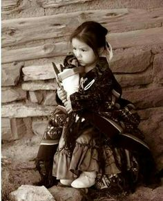 Little Navajo Girl with Doll in Cradle Board. Native Child, Native American Children, Native American Images, Native American Wisdom, Native American Beauty, Native American Tribes, American Spirit, American Indian Art, Native American History