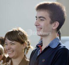 グルジアのバトゥーミ(Batumi)で、iPadのタイピング速度でギネス世界記録(Guinness World Record)を達成したミヘイル・サーカシビリ(Mikheil Saakashvili)大統領の息子のエドゥアルド・サーカシビリ(Eduard Saakashvili)くん(右)と母親のサンドラ・ルロフス(Sandra Roelofs)大統領夫人(2011年7月5日撮影)。(c)AFP/IRAKLY GEDENIDZE ▼6Jul2011AFP|グルジア大統領の息子がiPadタイプ記録の世界王者に http://www.afpbb.com/articles/-/2811026 #Georgia #Gurcustan #Gurcistan #Georgie #Georgien #Batumi #Saakashvili #Eduard_Saakashvili #iPad #Guinness_World_Record