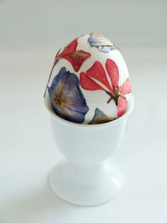 The Magic Onions :: A Waldorf Inspired Blog: Decorate an Easter Egg with Pressed Flowers.