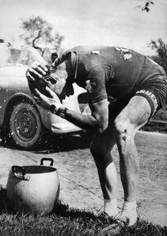 Hugo Koblet se rafraîchissant la tête après une chute lors de la 4ème étape du Giro en Italie 1953
