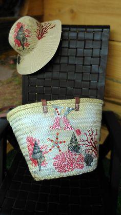 Vamos a la playa?? precioso conjunto de cesto y sombrero a juego, estampado con motivos de coral rojo. Solo en Fanalia..... Pieza única. Hecho a mano,
