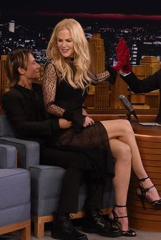 "Nicole Kidman Visits ""The Tonight Show Starring Jimmy Fallon"" Celebrity Couples, Celebrity Photos, Nicole Kidman Style, Famous Duos, Actrices Hollywood, Keith Urban, Jimmy Fallon, Poses, Sexy Legs"