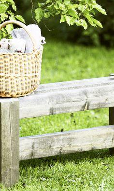 Tee itse penkki sahatavarasta | Meillä kotona Laundry Basket, Wicker Baskets, Picnic, Outdoor, Home Decor, Outdoors, Decoration Home, Room Decor, Picnics