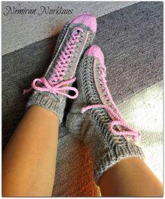 Nemiran Nurkkaus: taas yhdet tennarisukat, pienellä twistillä :) Knitting Projects, Knitting Patterns, Knee High Socks, Boot Cuffs, Knitting Accessories, Knitting Socks, Knit Socks, Winter Wear, Leg Warmers