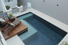 Vista superior da piscina e deck em madeira cumaru.