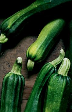 Pick a vegetable and then a fruit. Growing babies need a variety of vitamins and minerals. It is therefore important to alternate between vegetables and fruits. You may like to start with pureed zucchini because of its high water content. Then pick a recommended fruit that is in season and then another vegetable.
