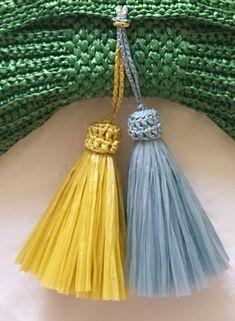 지난번 리본 클러치 포스팅했을 때 태슬 만드는 법도 올리겠다고 말씀드렸는데 그동안 만들기만 하고 사진... Glands, Crochet Clutch, Clutch Purse, Tassel Necklace, Tassels, Diy And Crafts, Purses, Knitting, Bags