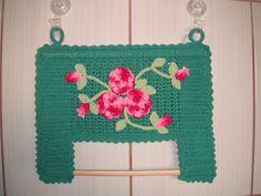 Porta papel toalha em crochê, confeccionado em barbante, com lugar para guardar um rolo e suporte para o rolo em uso.
