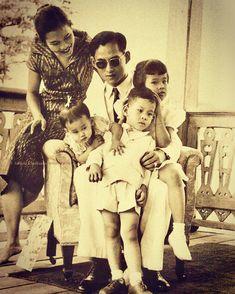King Bhumibol of Thailand & Family King Rama 10, King Phumipol, King Of Kings, King Queen, King Thailand, Thai Princess, Queen Sirikit, Bhumibol Adulyadej, King Photo