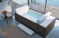 En el cuarto de baño, en la vivienda, en la terraza... La práctica tumbona mantiene el agua caliente para tomar un baño en cualquier momento. Y no solo eso: Recogida sirve como un cómodo reposacabezas, extendido se convierte en una tumbona para relajarse o depositar utensilios.