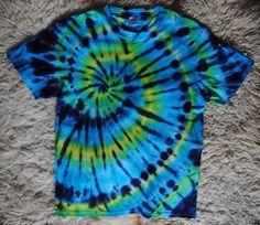 Tričko+M+-+Ve+víru+Originální,+pánské,+batikované+tričko+velikost+M,+104+cm+přes+prsa,+71+cm+délka.+100%+bavlna.+Barveno+kvalitními+reaktivními+barvami,+praní+doporučuji+v+ruce+kvůli+zaprání+bílé+či+světlých+barev.+100%+bavlna+180+g/m2+Možno+vyzkoušet+a+vyzvednout+v+Brně.