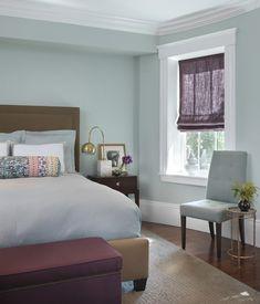 Helle Blautöne bedecken die Wände dieses weiße getrimmte kompakte Master-Schlafzimmer. Foto von Rachel Reider Innenräume