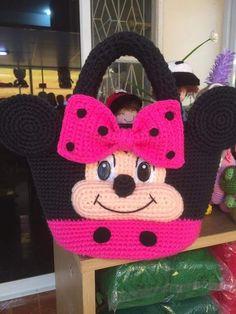 Acompanhe as dicas do nosso perfil! Minion Crochet Patterns, Crochet Throw Pattern, Kids Knitting Patterns, Baby Knitting, Crochet Beach Bags, Cute Crochet, Crochet For Kids, Crochet Baby, Crochet Handbags