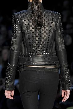 Diesel Black Gold My last few pins have been about studded leather. They just look soo phenomenal Fashion Mode, Dark Fashion, Leather Fashion, Womens Fashion, Gold Fashion, London Fashion, Estilo Rock, Rockabilly Vintage, Looks Party