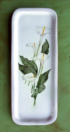 Fuente decorada con calas. Técnica sobre cubierta/ barro rojo pintada a mano con esmaltes cerámicos. 16X40 cm.