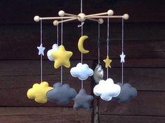 """Mobile """"CESAR"""" :  - 7 nuages : 3 blancs, 2 gris, 1 en simili cuir argenté et 1 jaune - 2 étoiles : 1 grise et 1 jaune - 1 lune jaune - 5 petites étoiles plates  Hauteur to - 15717205"""