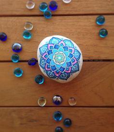 Sigue siendo Navidad y las estrellas siguen brillando. En azules, rosas, verdes o morados. Sigue siendo Navidad! ✨ .. .. .. #StonesOfSpain  #stonesoftheworld #PiedrasPintadasEnEspaña #freewords_freepic #catalogoimaginario #art_from_words #entre_fotos #somosinstagramers #instagramers #instaspain #instamadrid #mandalas #mandalastones  #piedraspintadas  #paintedstones #beautiful_stones  #energiatelurica  #posca  #symmetry_art  #stoneart #featuregalaxy #mandalala  #instantes_fotograficos…