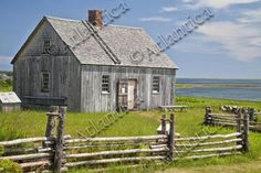 An example of an early pioneer homestead circa 1700 in rural Prince Edward Island, Canada. An early Acadian home originally known as the Doucette house. Homestead Survival, Wilderness Survival, Survival Shelter, Acadian Homes, Pioneer House, Off The Grid News, Modern Homesteading, Mother Earth News, Prince Edward Island