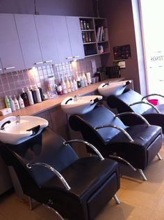 Storage options for back bar Home Hair Salons, Hair Salon Interior, Home Salon, Salon Interior Design, Salon Design, Parlour Design, Salon Color Bar, Salon Style, Salon Shampoo Area