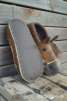 wool felted slippers with special sole can be wear outside like shoes , or like slippers to go to yard Kids Slippers, Felted Slippers, Diy Leather Projects, Leather Craft, Felt Shoes, Horseshoe Crafts, Horseshoe Art, Horse Shoes, Cool Gifts For Women