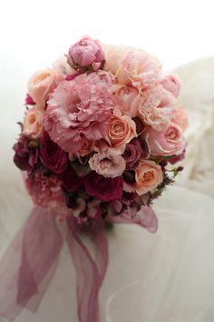 ふわりと広がるサーモンピンクのドレスのブーケ、 本日、ペニンシュラ東京様へ。 サーモンピンクからレンガのような色、少し濃いめのピン...