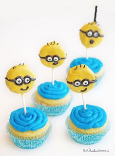 Make these easy Minion cupcakes for the perfect party food! Topped with chocolate-dipped Oreo Minions, these cupcakes are almost too cute to eat! Minion Birthday, Minion Party, Minion Cupcakes, Cupcake Cookies, Krispie Treats, Rice Krispies, Minions, Blue Frosting, Homemade Face Paints