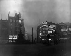 A fog shrouded Piccadilly Circus in London in 1956 London Pictures, London Photos, Old Pictures, Old Photos, Fog Photography, Vintage Photography, London Photography, Vintage London, Old London