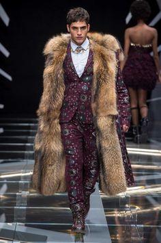 La reinterpretación de la cultura punk a través del color y del negro total en looks futuristas es parte de la colección de invierno de Frankie Morello en la semana de la moda de Milán