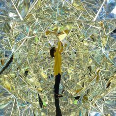 Wink Space par Masakazu Shirane et Saya Miyazaki : Intitulée « Wink Space », elle est composée de nombreuses feuilles miroir pliées comme l'origami et connectées les unes aux autres par des fermetures éclair. De cette façon, la pièce psychédélique est interactive et interchangeable. Pour info, ce projet a été réalisé dans le cadre de la Kobe Biennale's Art Container Contest.