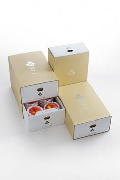 Wrap presents with the use of Christmas gift wrapping paper. Vegetable Packaging, Fruit Packaging, Bakery Packaging, Food Packaging Design, Brand Packaging, Gift Packaging, Branding Design, Packing Box Design, Fruit Gifts