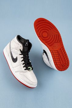 """The concept of Yin vs. Yang serves as the focal point behind the design of Edison Chen's Air Jordan 1 Mid as part of the """"Fearless Ones"""" campaign. References to the Ancient Chinese philosophy are seen throughout the """"Silk Royale"""" woven upper. Mens Fashion Shoes, Sneakers Fashion, Sneakers Nike, Jordan 1 Mid, Jordan Retro, Shoes Wallpaper, Nike Wallpaper, Designer Sneakers Mens, Edison Chen"""
