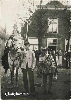1908  Originele beschrijving:  Tot een der weinige gebeurtenissen in de winter behoorde het bezoek van St. Nicolaas. St. Nicolaas is de cand. not. G. Lammer en Piet G. Poel, klerk op de Griffie van het kantongerecht. De opname is op de markt voor het huis van Van Kesteren, dat in 1910 is verbouwd.