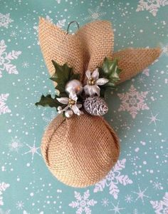 A rustic decoration always manages to create warm environments. And Christmas is not the exception, we offer you a host of different ideas to get a rustic Christmas decor. From the decoration of the tree to how to dress your table at Christmas. Burlap Christmas Ornaments, Country Christmas Decorations, Unique Christmas Trees, Christmas Centerpieces, Christmas Tree Ornaments, Christmas Diy, Christmas Wreaths, Ornaments Ideas, Christmas Spheres