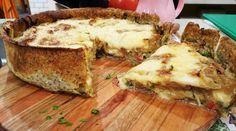 Tarta de berenjenas en masa de semillas con cubierta de cebolla y queso