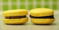 ENGLISH   NORSK Herlige makroner med mørk sjokolade og sitrusaroma.Perfekte til påske? 1 porsjon makroner etter grunnoppskriften Appelsinsjokoladekrem: – 100g mørk kokesjokolade –1/2 dl fløte – 35g smør – 2ts finrevet appelsinskall Følg grunnoppskriften for å lage makronene. Tilsett gul eller oransje farge til røren mens du pisker eggehvitene. NB! Ikke benytt vanlig konditorfarge; benytt … Cake Bars, Macaroons, Salmon Burgers, Hamburger, Biscuits, Cookies, Sweet, Ethnic Recipes, Blog