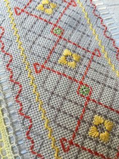 Cross Stitch Borders, Cross Stitch Flowers, Cross Stitch Designs, Hand Embroidery Stitches, Hand Embroidery Designs, Swedish Weaving Patterns, Swedish Embroidery, Monks Cloth, Thread Art