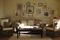 En härlig tavelvägg skapad av Lina Gardelid finns över soffan.