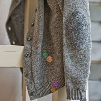Woolfiller repairs holes and hides stains in woolen jumpers, cardigans, jackets and carpets, or other woolen things.