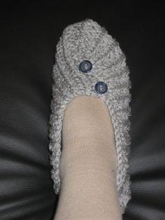 Des chaussons au tricot pour débutantes et mon marché de noël .... Crochet Slipper Boots, Knitted Slippers, Patron Crochet, Knit Crochet, Hand Knitting, Knitting Patterns, Evolution T Shirt, Practical Gifts, Unusual Gifts