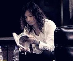 Kaoru reading a magazine.