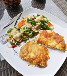Tejfölös sajtos csirkemell, sütőben sütve! Ínycsiklandó finomság, zöldséges rizzsel! Hungarian Cuisine, Food And Drink, Cooking Recipes, Meat, Chicken, Foods, Food Food, Food Items, Chef Recipes